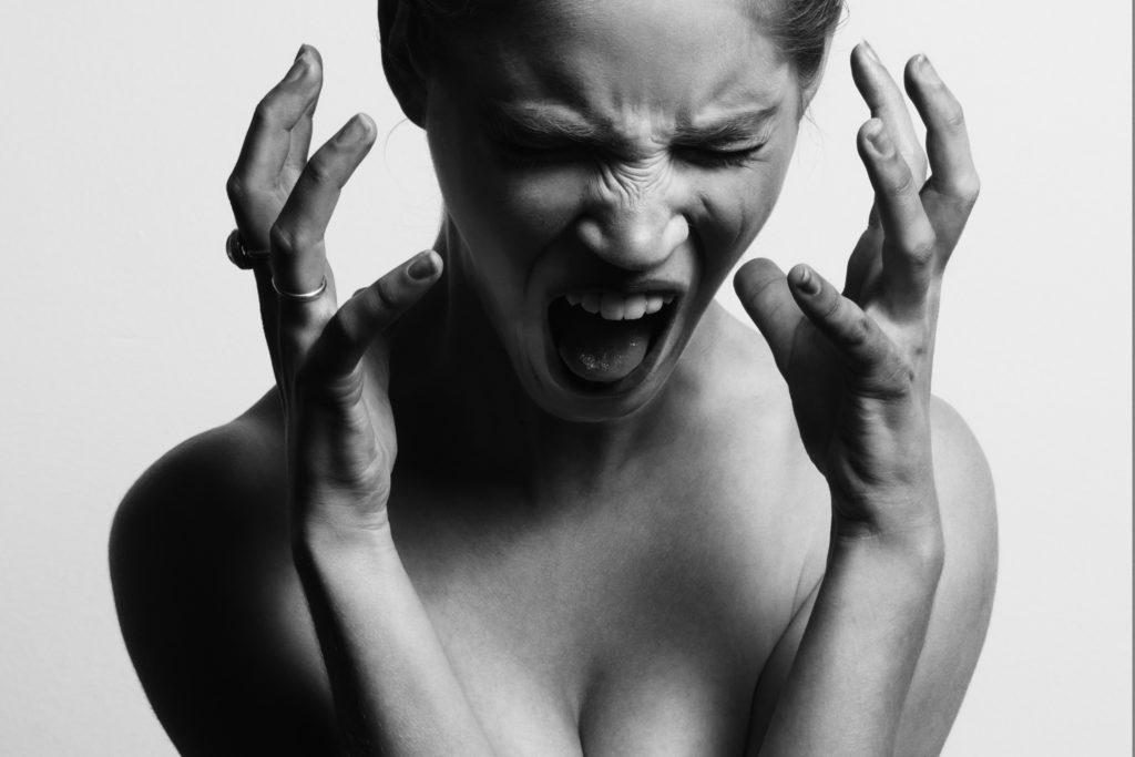 Femme au bord de la crise de nerfs !