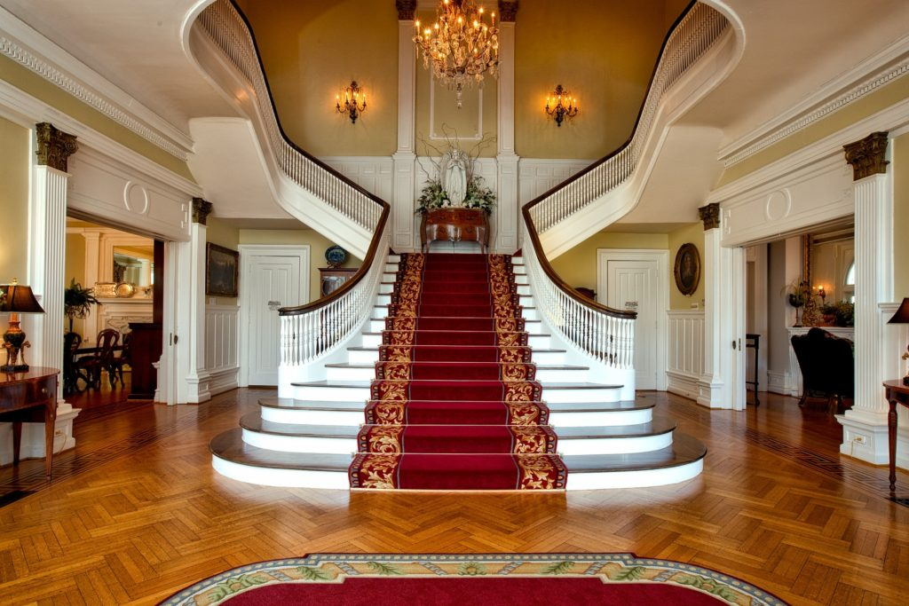 De très beaux escaliers dans une maison rangée