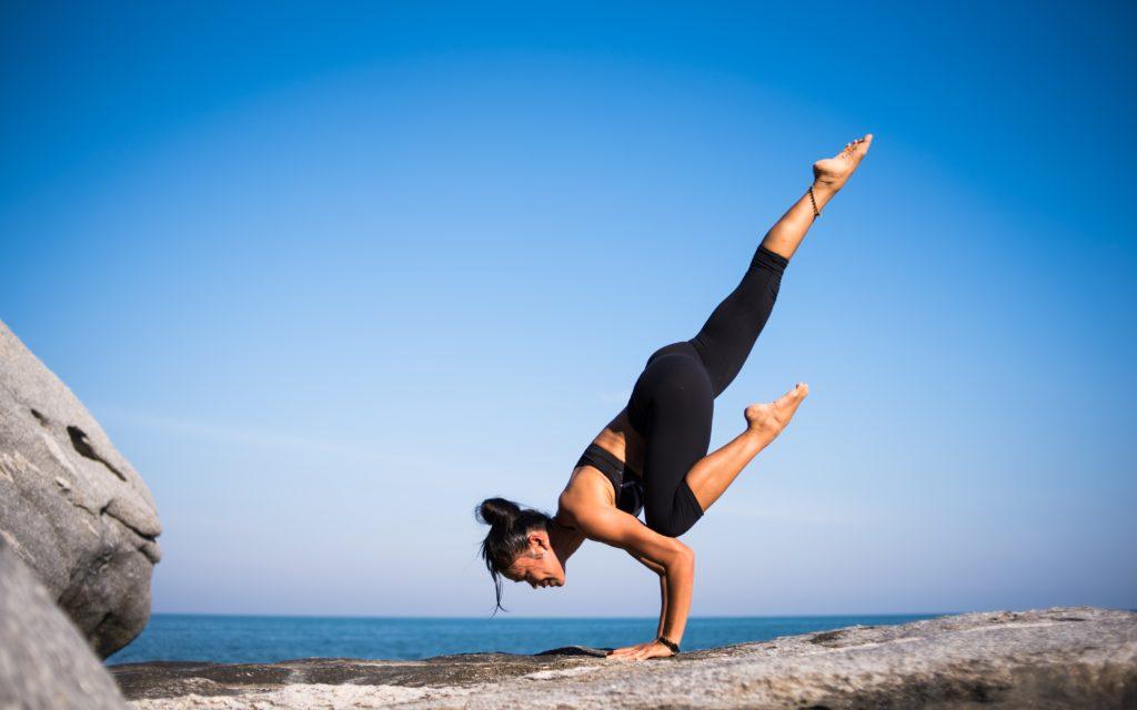 Une posture d'équilibre en yoga. Le rangement de Marie Kondo m'a libéré du temps pour faire du yoga