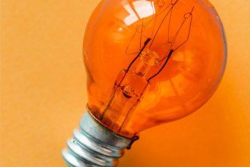 Une ampoule sur un fond jaune, représentant une idée
