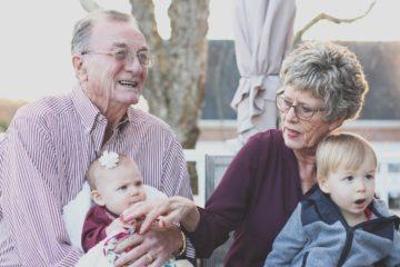 Papi mamie avec les petits-enfants c'est du bonheur