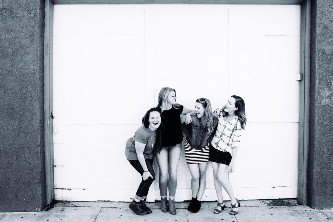 une bande de copines qui rigole