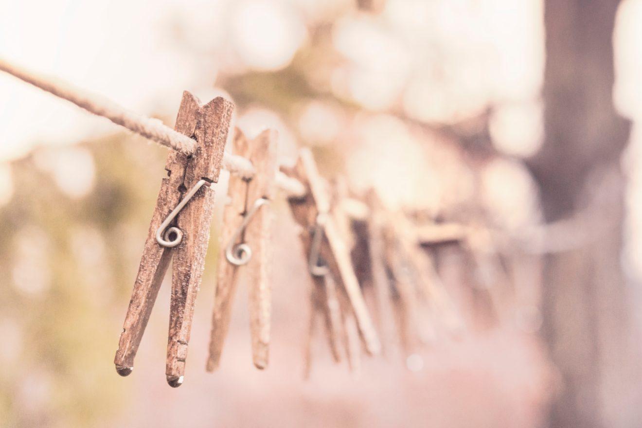 des pinces à linge sur une corde