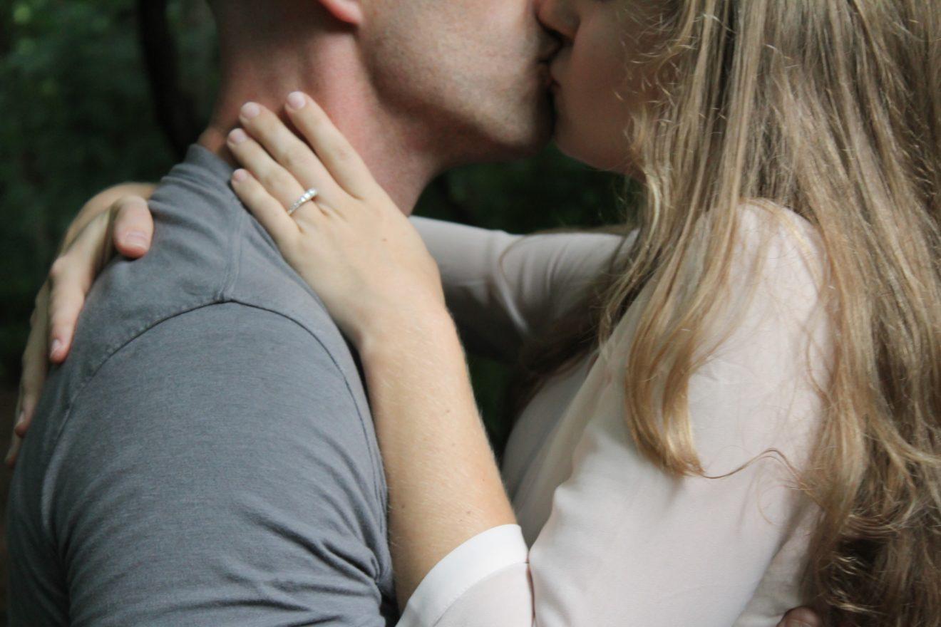 des amoureux qui s'embrassent