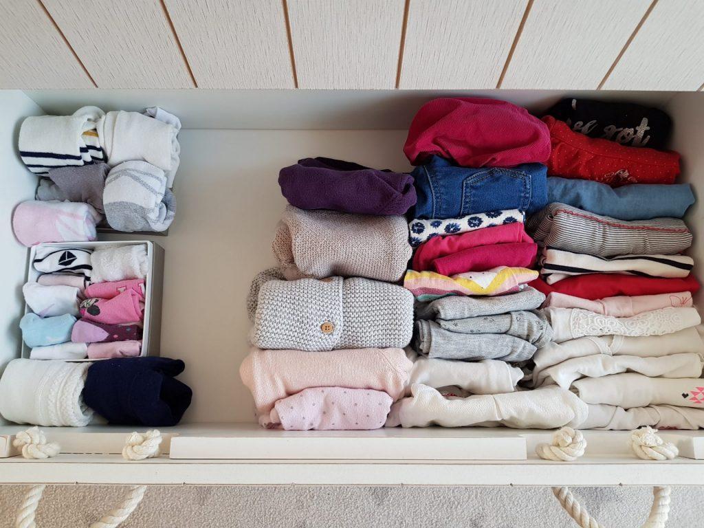 Un tiroir de vêtements d'enfants rangé à la verticale