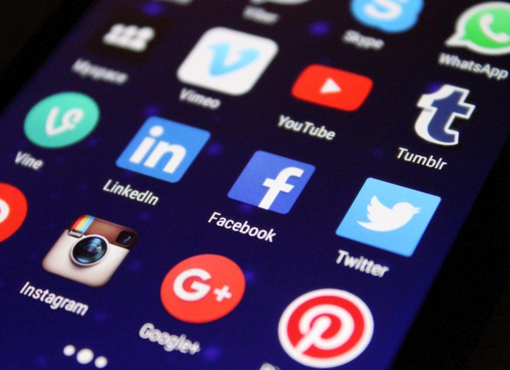 Un écran de smartphone montrant les icônes des réseaux sociaux. Pour gagner du temps à la maison, on diminue le temps passé sur les réseaux.