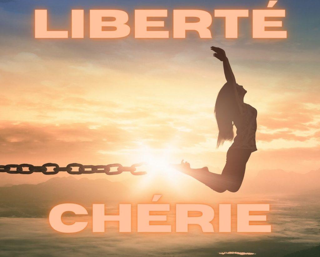 Une femme qui saute en l'air en brisant ses chaînes. La liberté retrouvée suite au désencombrement de sa maison