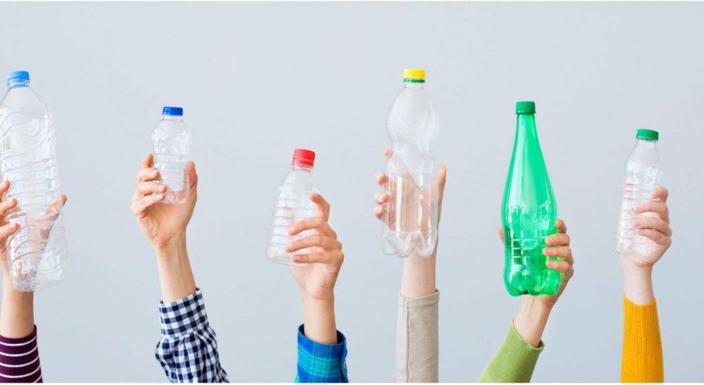 des bouteilles en plastique de toutes les couleurs