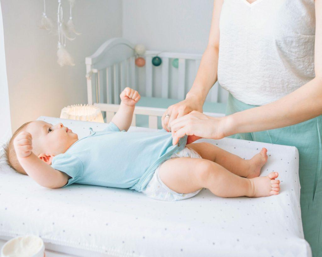 un bébé sur la table à langer
