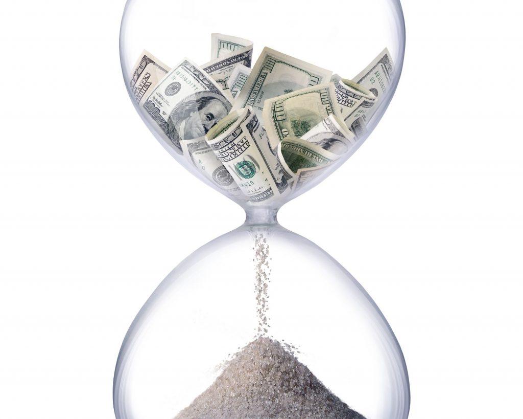 Un sablier d'argent pour illustrer l'adage Le temps c'est de l'argent