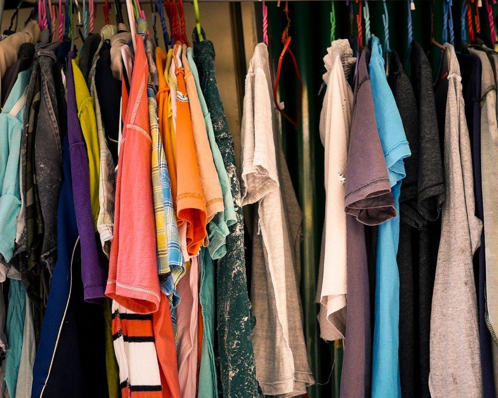 De vieilles chemises dans la penderie d'un radin